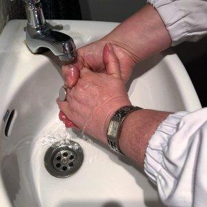 Lávate las manos antes de manipular tus lentillas